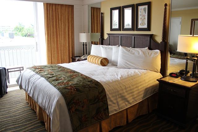 postel v hotelu