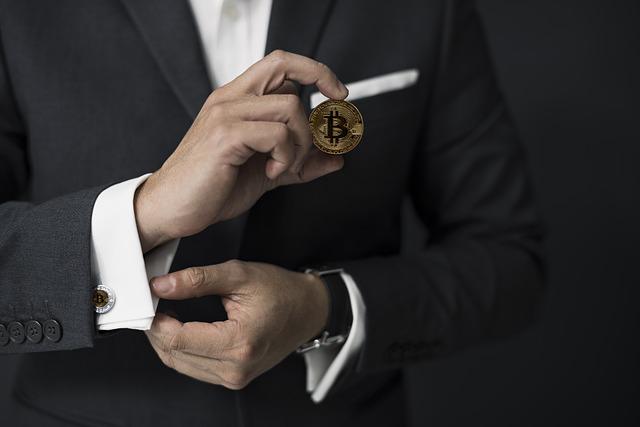muž s bitcoinem