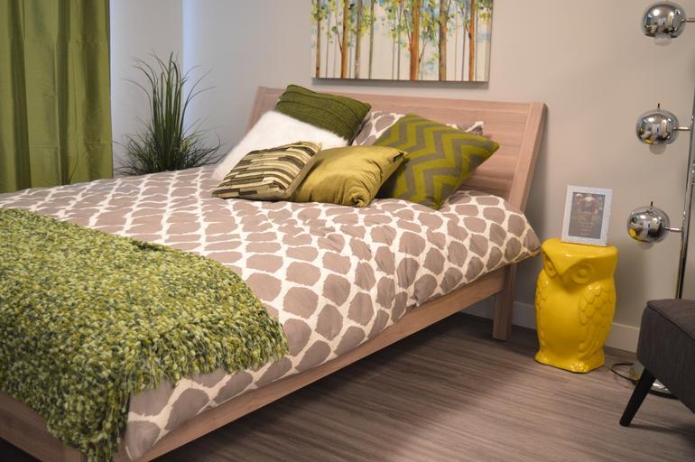 světlá dřevěná postel