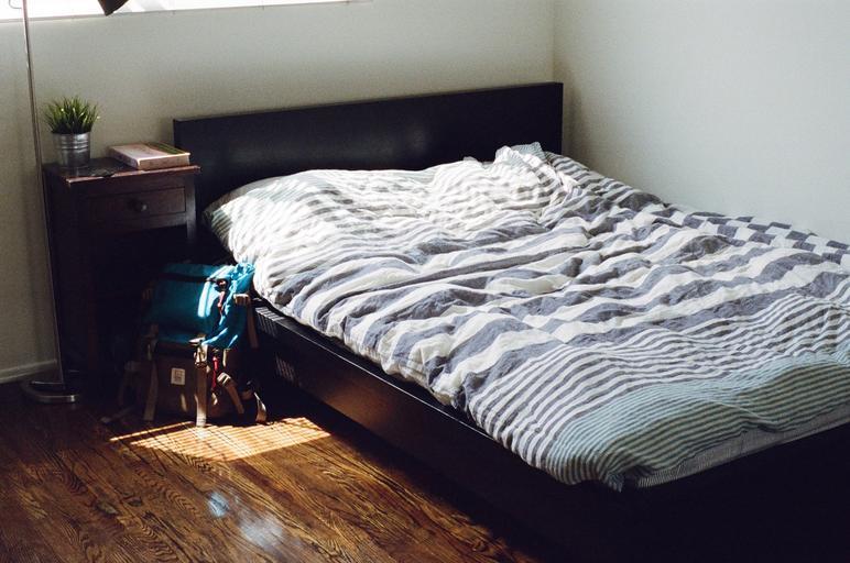 tmavá postel