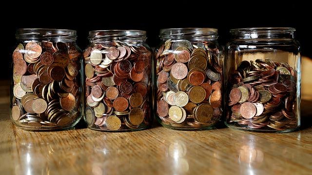 drobné mince v zavařovacích sklenicích