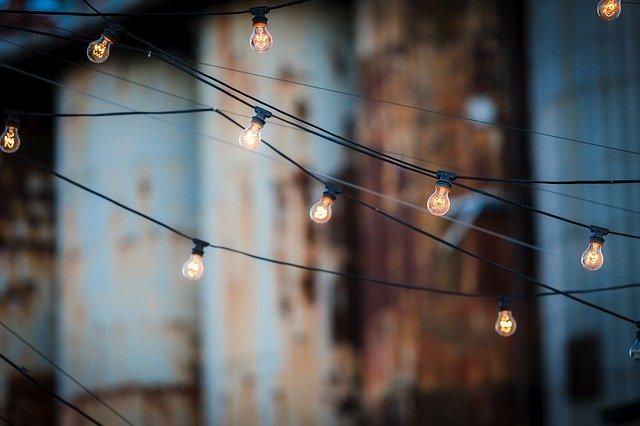 rozsvícený světelný řetěz
