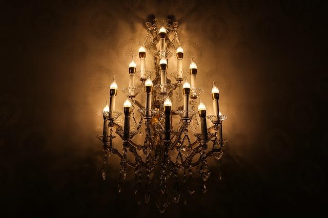 rozsvícený elektrický svícen