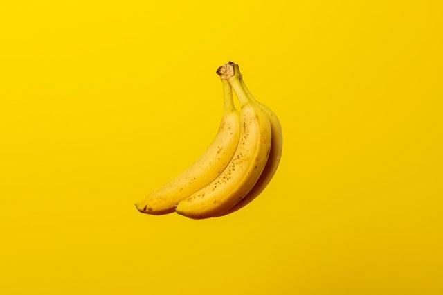 Banány na žlutém pozadí